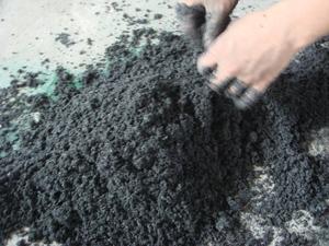 Материал смешивается со связующим веществом и водой.
